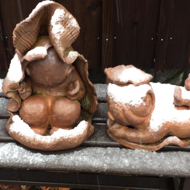 雪のお帽子がかわいいお地蔵様